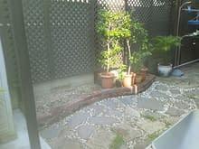 和のテイストよりの石積花壇施工施工前